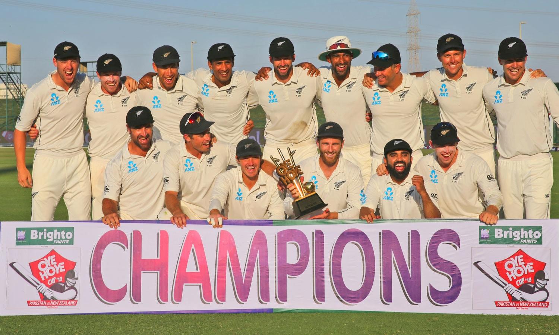 پاکستان کے خلاف ٹیسٹ سیریز میں فتح کے بعد نیوزی لینڈ کی ٹیم کا ٹرافی کے ہمراہ گروپ فوٹو— فوٹو: اے ایف پی
