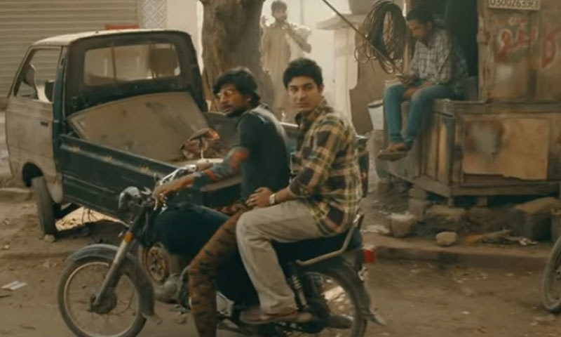 کراچی کی بستی، کالونیاں اور اوریجنل لوکیشنز پر جس طریقے سے فلم کو عکس بند کیا گیا ہے، وہ قابلِ داد ہے—اسکرین شاٹ