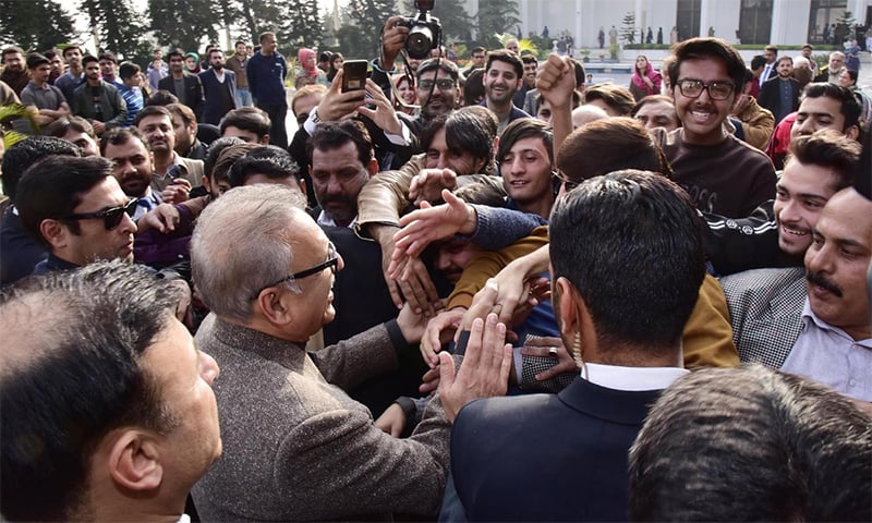 President Arif Alvi interacts with people visiting Aiwan-i-Sadr. ─ Photo courtesy Govt of Pakistan Twitter