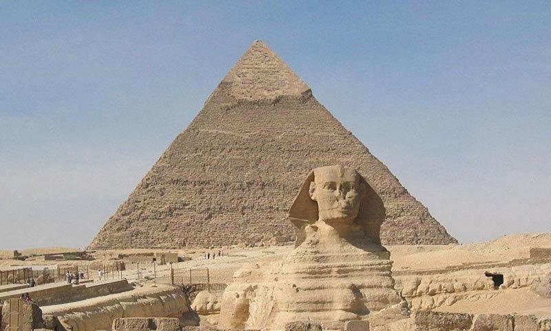 اہرام مصر کو حالیہ دور کے سات عجوبات میں شمار کیا جاتا ہے، اس کی چوٹی 460 میٹر بلند ہے—فوٹو: اسپوٹنک انٹرنیشنل