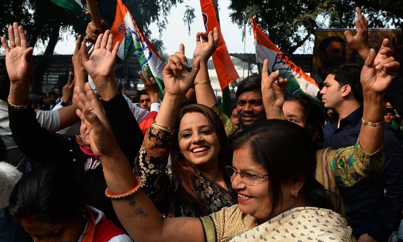 دہلی میں کانگریس کی جیت پر پارٹی کارکنان خوشی کا اظہار کررہے ہیں— فوٹو : اے ایف پی