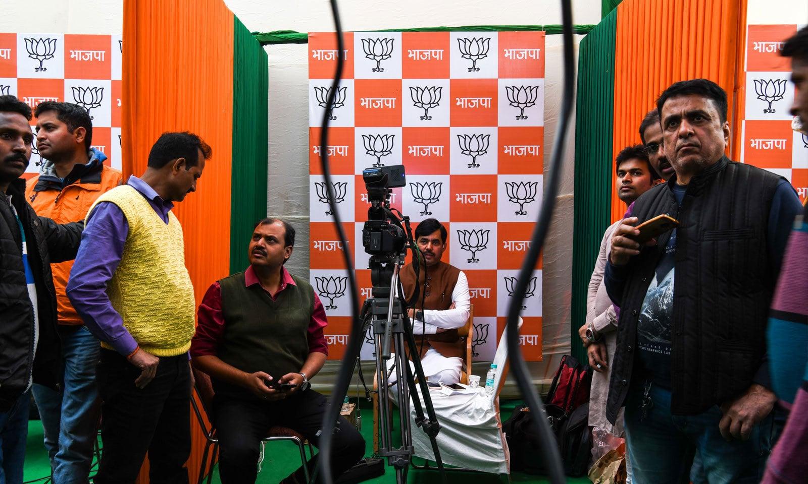 دہلی میں بی جے پی کے میڈیا سیل میں الیکشن کے نتائج  دیکھے جارہے ہیں — فوٹو: اے ایف پی