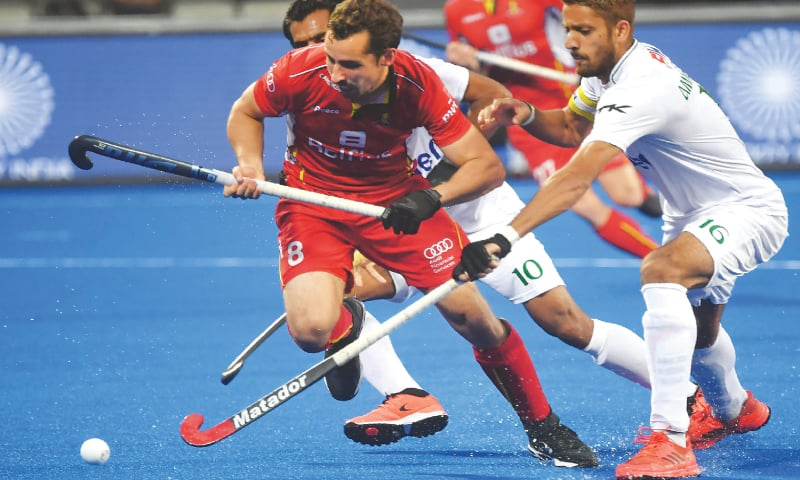 BHUBANESWAR: Florent van Aubel (C) of Belgium vies for the ball with Pakistan's Ammad Butt during their cross-over match at the World Cup on Tuesday.—AFP