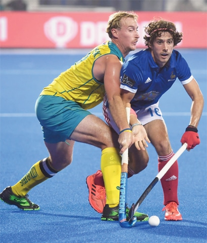 BHUBANESWAR: Australia's Aran Zalewski (L) fights for the ball with Francois Goyet of France during their World Cup quarter-final on Wednesday.—AFP