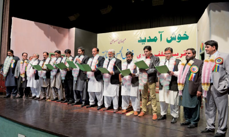 Punjab Information Minister Fayyazul Hassan Chohan administers oath to newly-elected office bearers of the Akhbar Farosh Union. — White Star