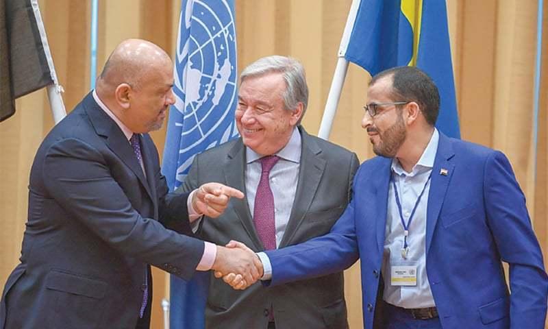 حوثی باغیوں کے نمائندے اور یمنی وزیر خارجہ ملاقات کے دوران مصافحہ کرتے ہوئے — فوٹو: اے ایف پی