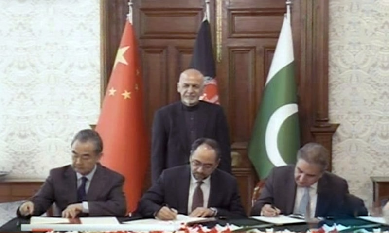 Chinese FM Wang Yi (L), Afghan FM Salahuddin Rabbani (C) and FM Shah Mehmood Qureshi (R) sign an MoU for cooperation over curbing terrorism, as Afghan President Ashraf Ghani looks on, after a meeting of the trilateral ministerial dialogue in Kabul. — DawnNewsTV