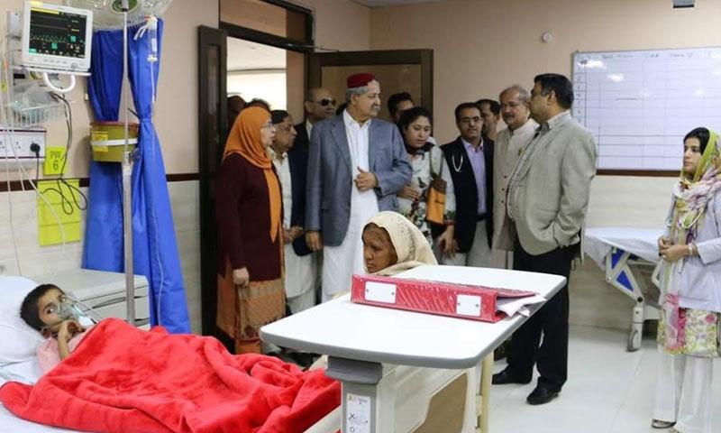 رکن قومی اسمبلی نوید قمر ہسپتال میں قائم بچوں کے وارڈ کا دورہ کررہے ہیں — فوٹو: این آئی سی وی ڈی