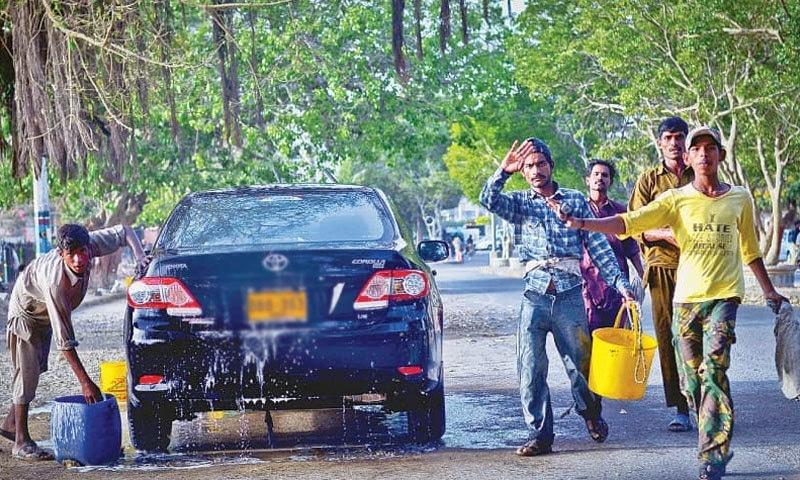 لاہور ہائیکورٹ نے گاڑیوں کو پائپ سے دھونے پر پابندی عائد کردی — فائل فوٹو