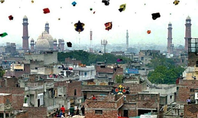 بسنت کا تہوار پنجاب اور خصوصی طور پر لاہور میں بہت اہتمام کے ساتھ منایا جاتا تھا،سال 2007 میں جس پر پابندی عائد کردی گئی تھی۔  فائل فوٹو