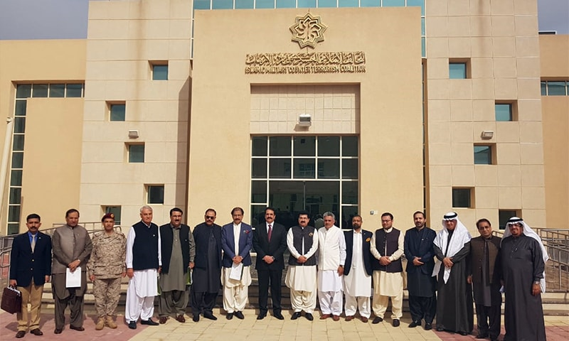 Raheel Sharif in a group photo with the visiting Senate delegation. — Photo: Senate Secretariat