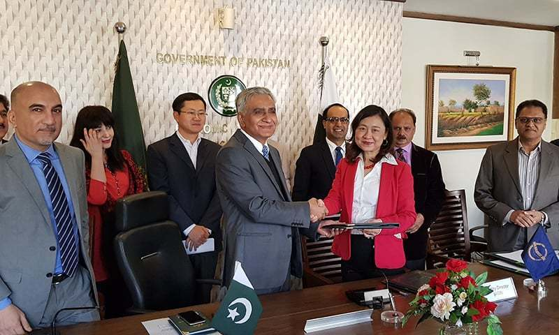 ADB Country Director for Pakistan, Xiaohong Yang and Secretary Economic Affairs Division Noor Ahmed at a ceremony. — File photo