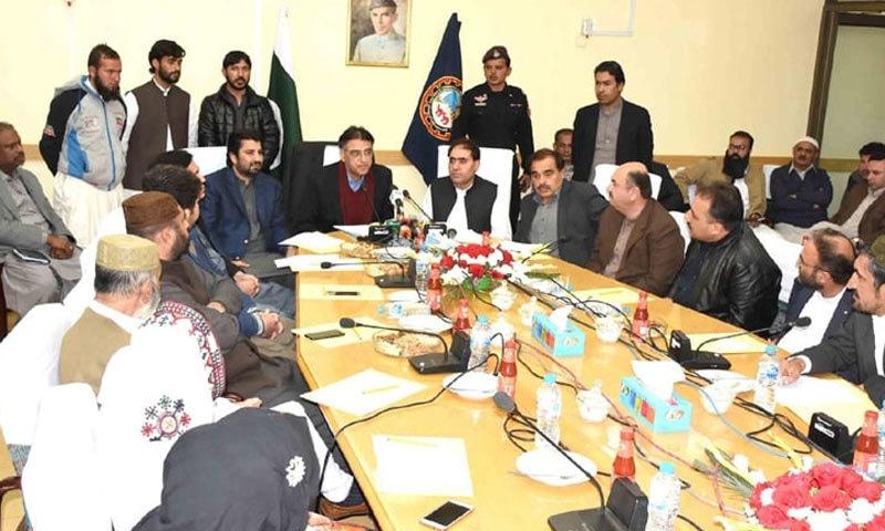 وزیر خزانہ اسد عمربلوچستان چیمبر آف کامرس میں اجلاس سے خطاب کررہے ہیں — فائل فوٹو