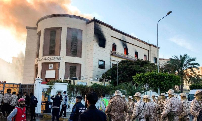 حملے کے بعد وزارت خارجہ کی عمارت سے دھواں اٹھ رہا ہے — فوٹو: اے یف پی