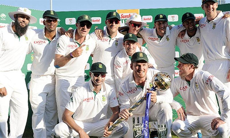 پاکستان کو 3 ٹیسٹ میچوں کی سیریز میں کلین سوئپ کرنے کے بعد جنوبی افریقی کھلاڑی خوشی مناتے ہوئے