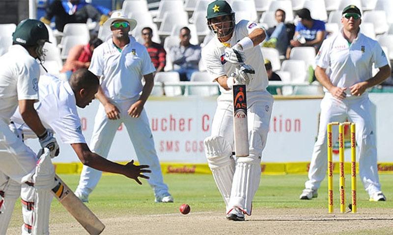 جنوبی افریقہ باولر ورنون فلنڈر کی گیند پر مصباح دفاعی شاٹ کھیلتے ہوئے