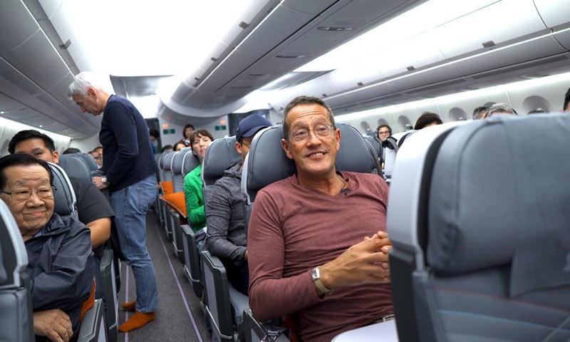 اس پرواز میں سفر کرنے والے افراد انتہائی خوش دکھائی دیے—فوٹو: سی این این