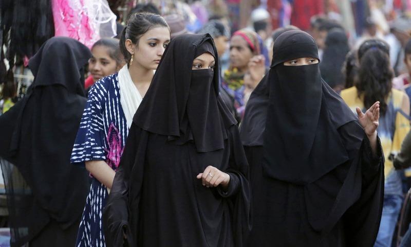 بھارتی سپریم کورٹ نے گزشتہ سال ایک ساتھ تین طلاق کو غیرآئینی قرار دیا تھا— فوٹو: اے ایف پی