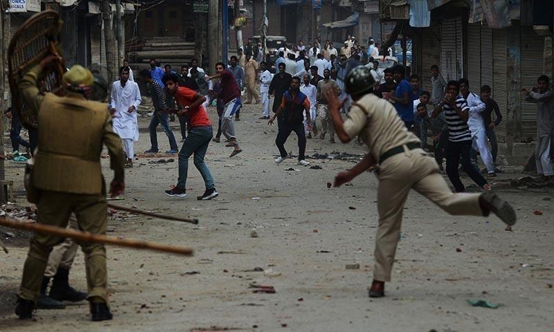 مقبوضہ کشمیر میں بھارتی فورسز مظاہرین پر حملہ آور ہیں