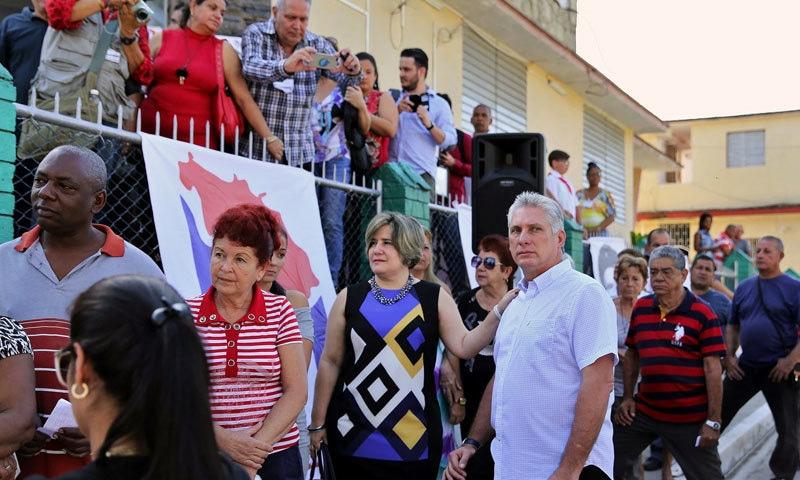 کیوبا کے نئے صدر اپنی اہلیہ کے ساتھ عوام کے سامنے—فوٹو: نیویارک ٹائمز