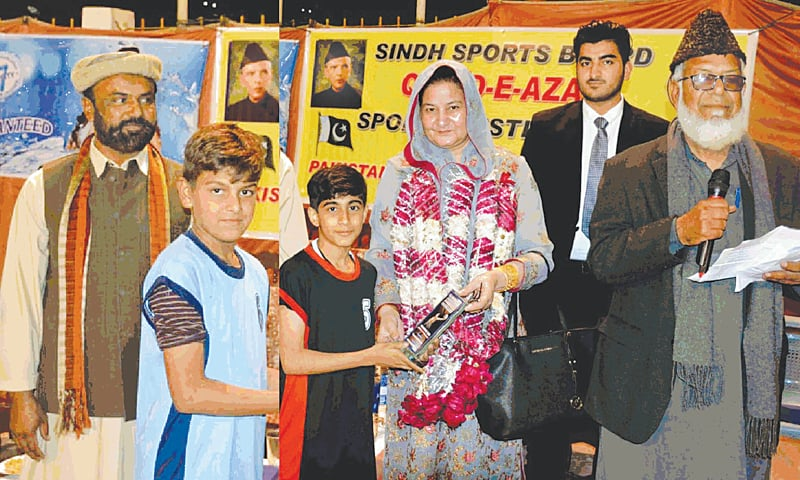 KARACHI: Patron KBBA Shahida Parveen hands winners and runners-up prizes to captains of Dow Club and Nasir Academy.