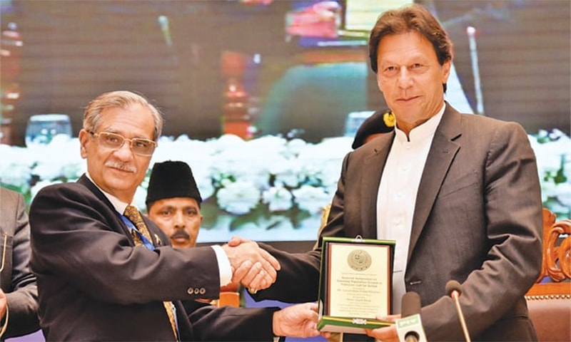 Chief Justice of Pakistan Mian Saqib Nisar presenting an appreciation shield to Prime Minister Imran Khan. — APP/File