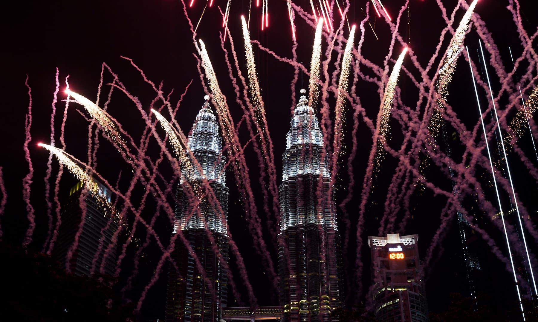 Watch revelers ring in New Year's Eve around the world