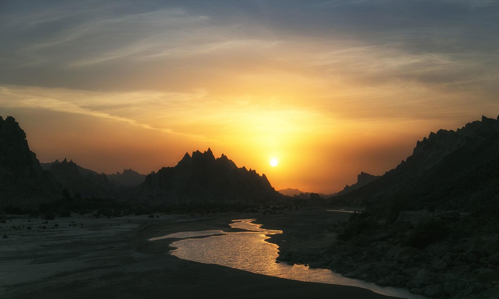 ہنگول نیشنل پارک میں غروب آفتاب کا دلکش منظر — شٹر اسٹاک فوٹو