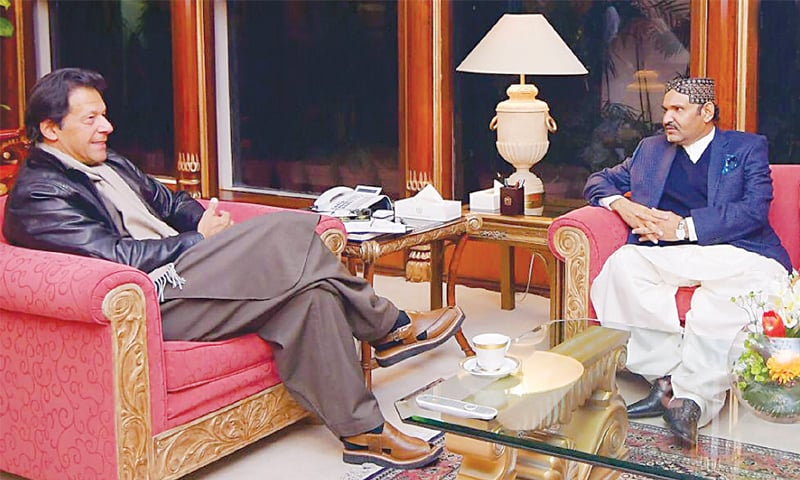 ISLAMABAD: Prime Minister Imran Khan in conversation with Ali Gohar Khan Mahar, a leader of the Grand Democratic Alliance.—INP