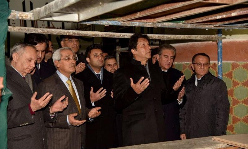 عمران خان وفد کے ہمراہ جلال الدین رومی کے مزار پر دعا مانگ رہے ہیں — فوٹو: پی آئی ڈی