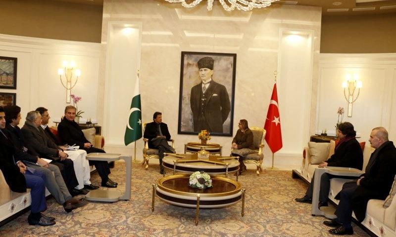 عمران خان کے ترک وزیر تجارت سے ملاقات کر رہے ہیں — فوٹو: پی آئی ڈی