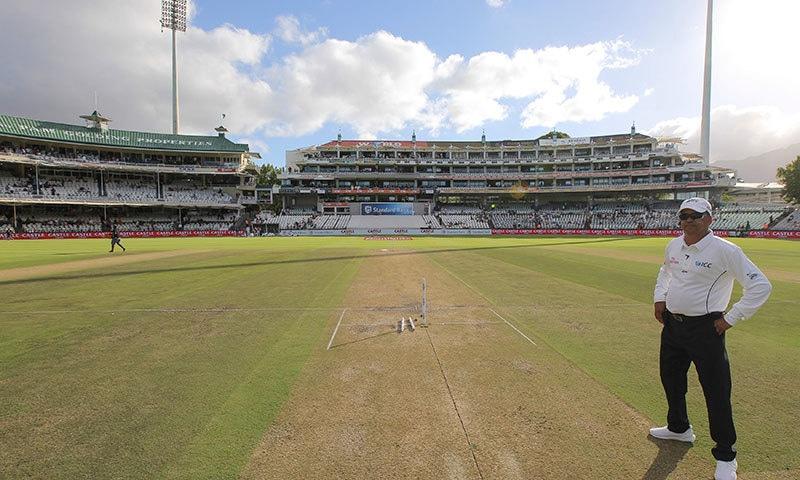 کیپ ٹاؤن ٹیسٹ کی وکٹ کا ایک منظر جس پر دونوں ٹیموں کے بلے بازوں کو کھیلنے میں مشکلات کا سامنا ہے— فوٹو: اے پی