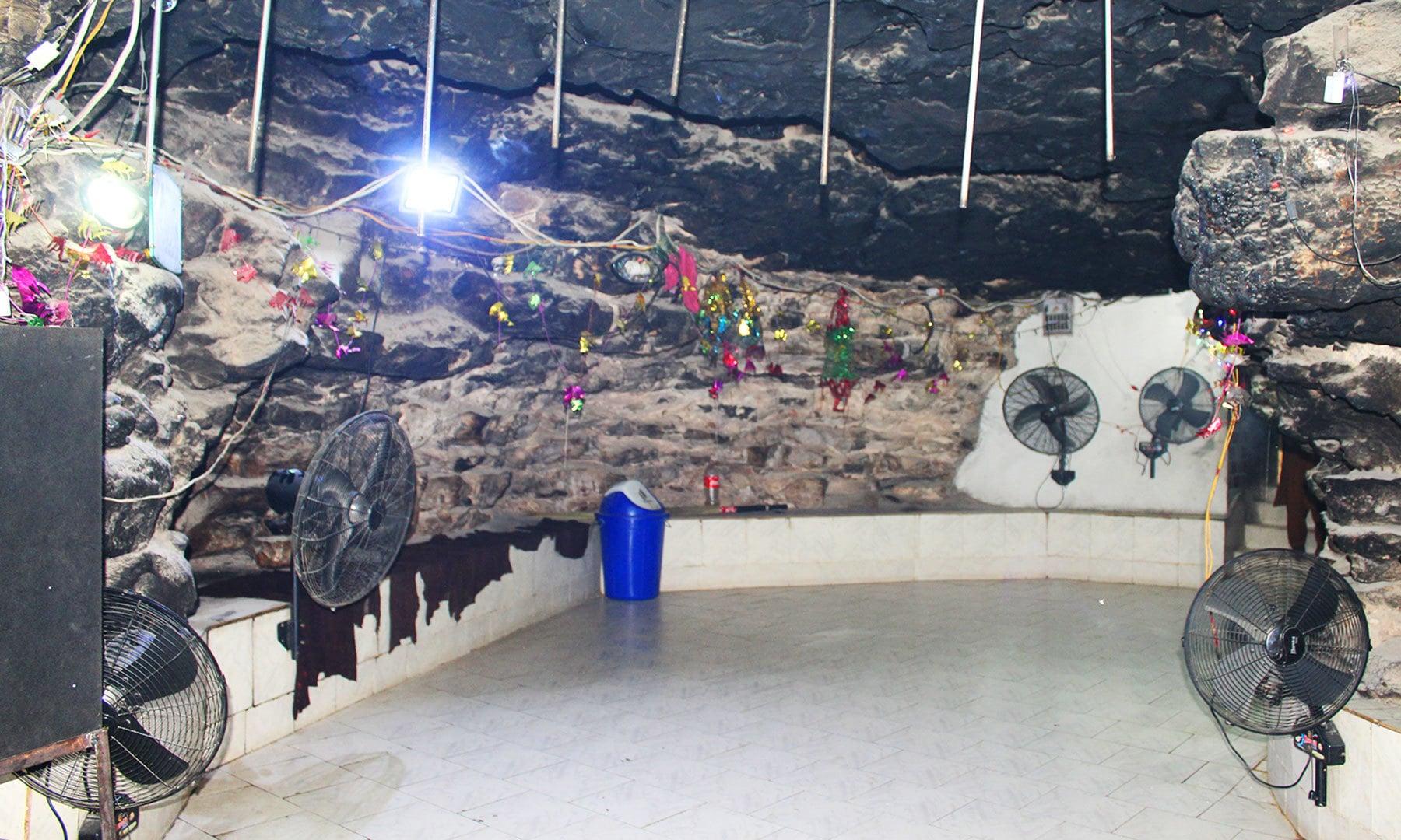 غار میں بنا مندر—تصویر اختر حفیظ