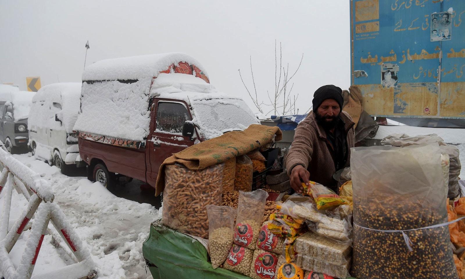 مری میں گاڑیاں برف سے ڈھکی ہوئی نظر آرہی ہیں — فوٹو: اے ایف پی