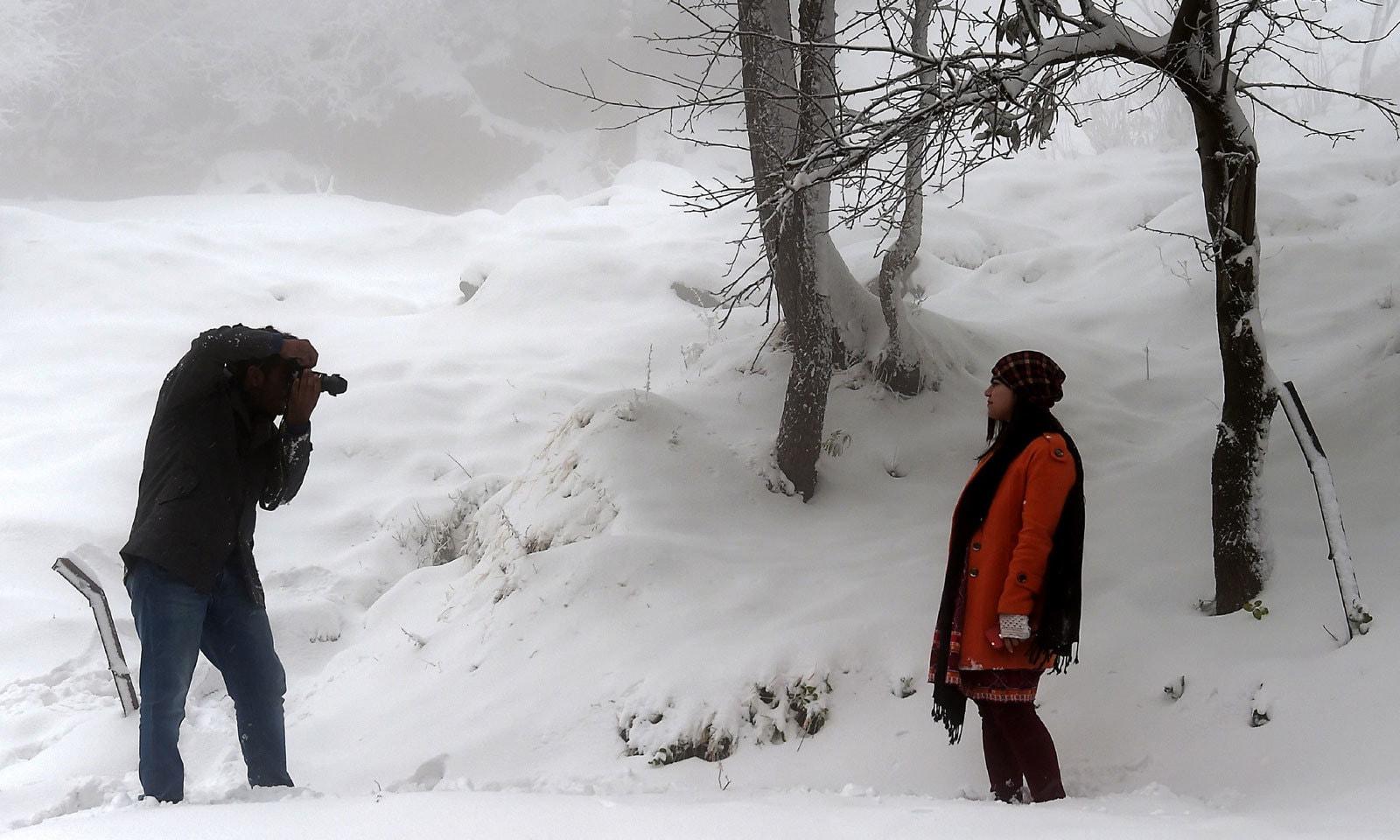 سرد موسم اور برفباری سے لطف اندوز ہونے کے لیے سیاح کھینچے چلے آرہے ہیں — فوٹو: اے ایف پی
