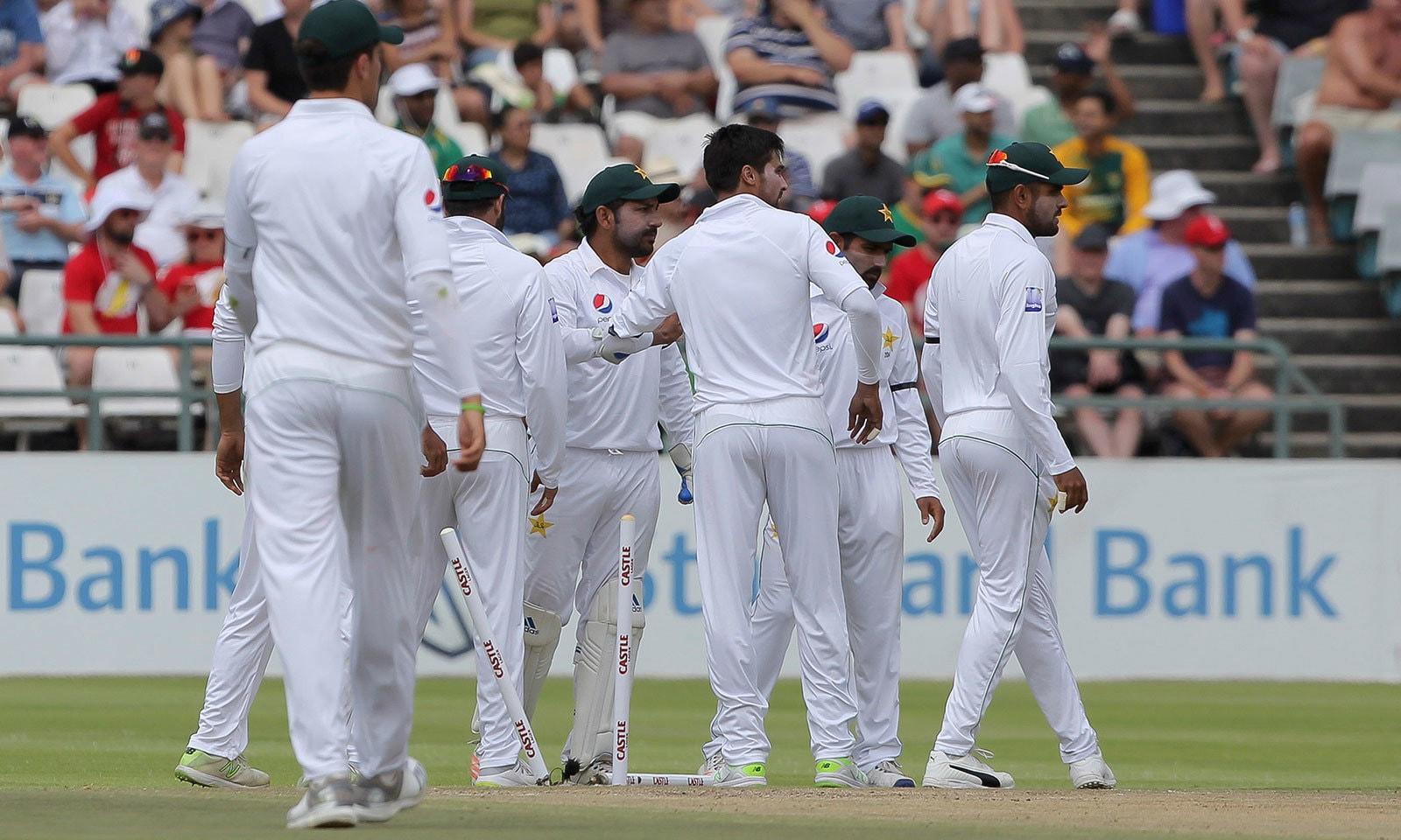 پاکستان کی جانب سے محمد عامر اور شاہین شاہ آفریدی نے 4،4 وکٹیں حاصل کیں—فوٹو:اے پی