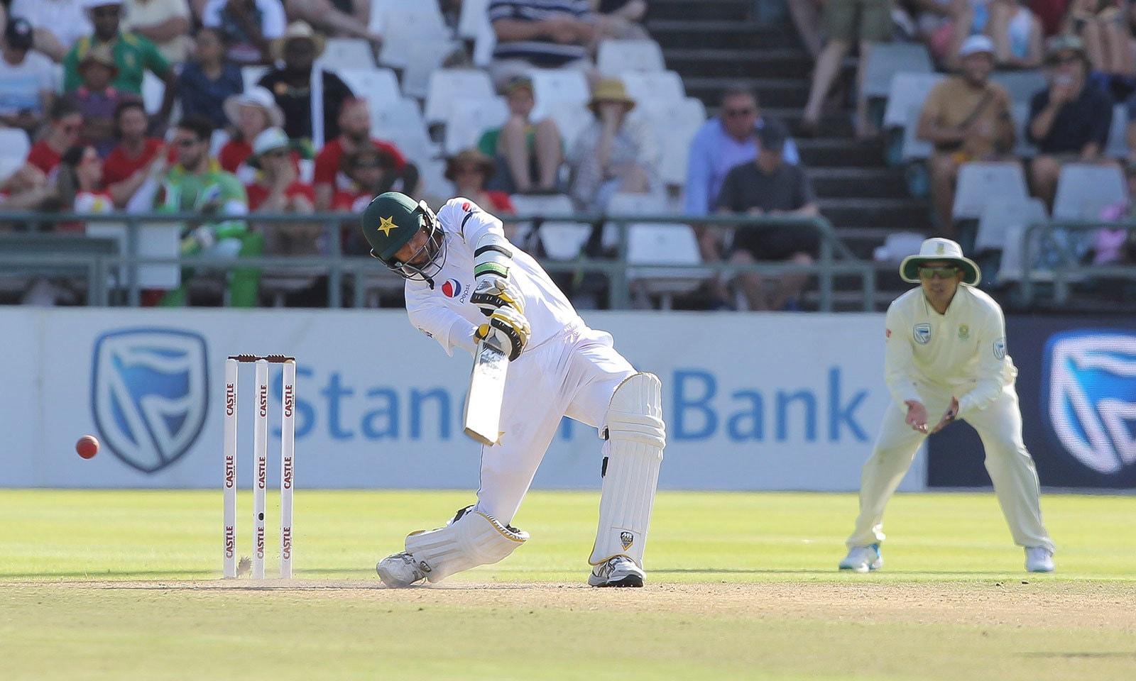پاکستان کی پوری ٹیم 294 رنز بنا کر آؤٹ ہوئی—فوٹو:اے پی