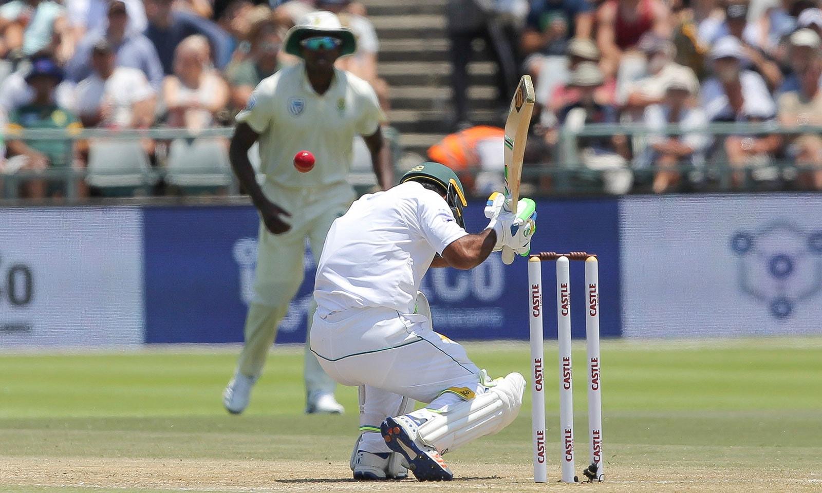 جنوبی افریقہ کے باؤلرز نے پاکستانی بلےبازوں کو بڑی اننگز کھیلنے کی اجازت نہیں دی—فوٹو:اے پی