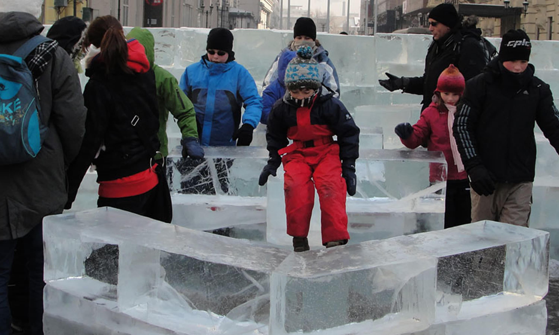 مجسموں کی تیاری میں استعمال ہونے کے لیے ہزاروں ٹن ٹھوس برف پہنچائی گئی—فوٹو ہاربن آئس ڈاٹ کام