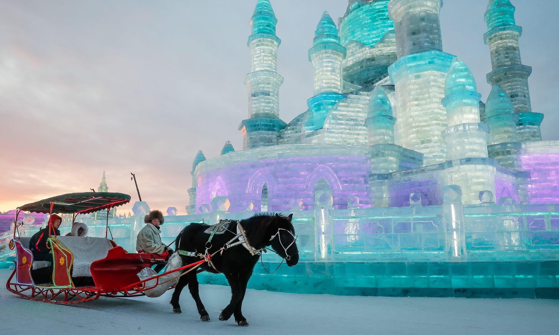 سیاح خوبصورت بگھی میں سوار ہو کر برف کے قلعے کا نظارا کرتے ہوئے—فوٹو بشکریہ ٹوئٹر