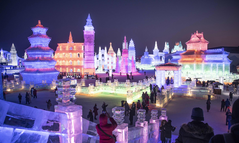 رنگ برنگی روشنیوں نے برف کو انوکھا ہی حسن بخش دیا—فوٹو: اے ایف پی