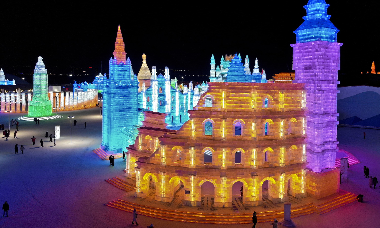 برف سے تیار کردہ روم کے مشہور قلعے کی شبیہہ—فوٹو  ایکیو ویدر ویب سائٹ