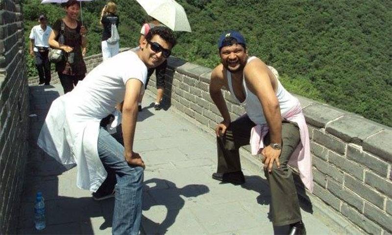 چین میں رومیل راجہ کامران کیساتھ پوز دیتے ہوئے