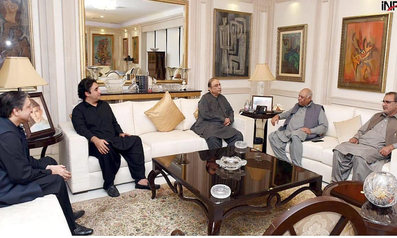KARACHI: National Party president Mir Hasil Khan Bizenjo calls on PPP co-chairman Asif Ali Zardari and chairman Bilawal Bhutto-Zardari at Bilawal House on Wednesday. Deputy Chairman of Senate Salim Mandviwala is also present.—INP