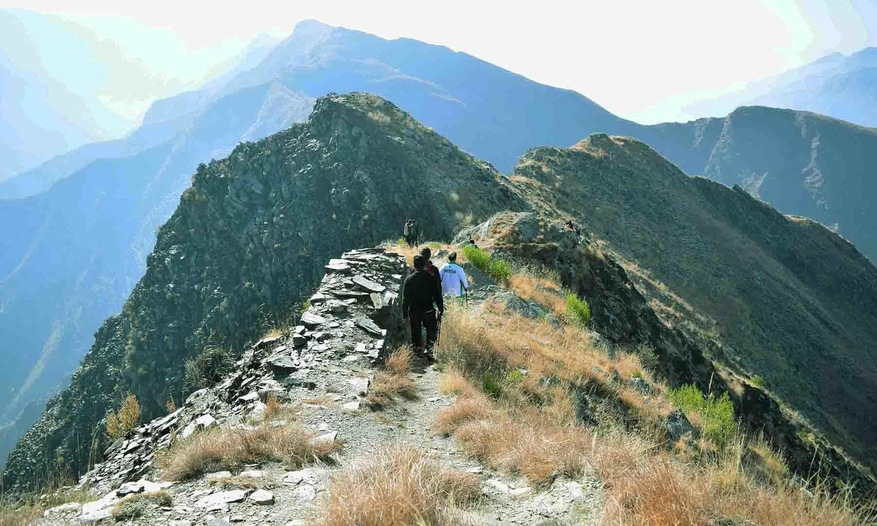 تاریخی قلعہ راجا گیرا کی طرف سفر جاری ہے۔