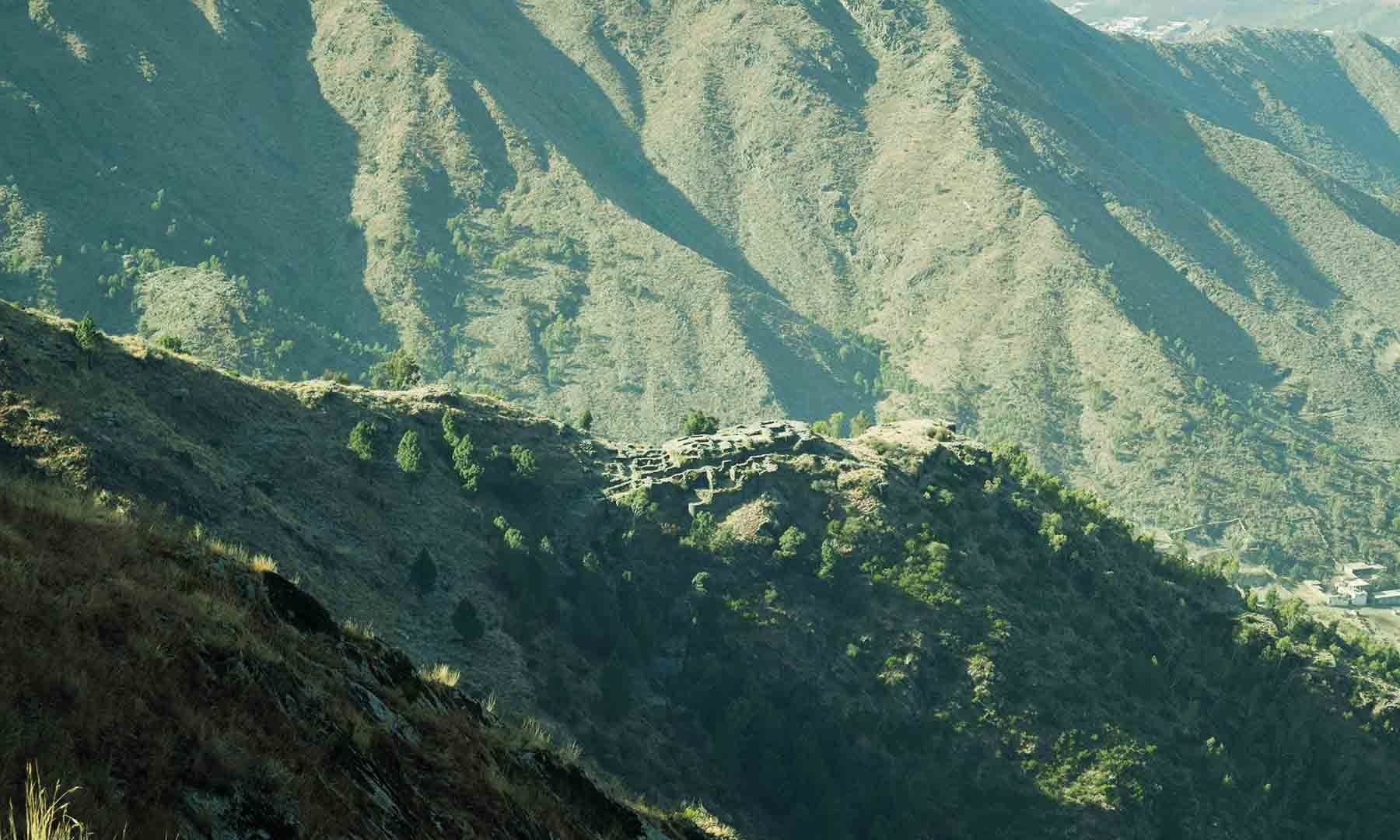 پہاڑ کی چوٹی سے راجا گیرا کا قلعہ نظر آ رہا ہے