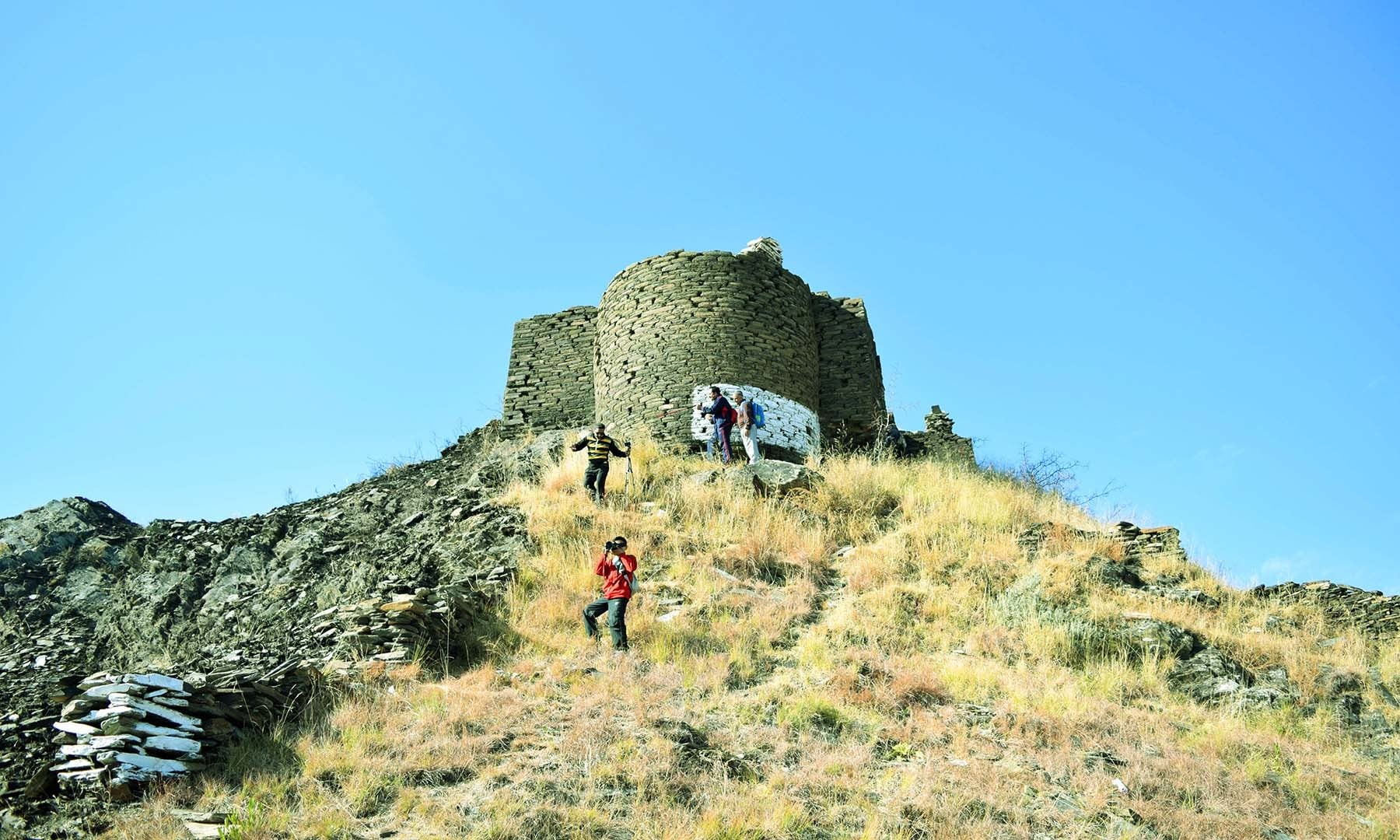 پہاڑ کی چوٹی پر دفاعی نکتۂ نظر سے بنایا جانے والا برج، جس کی مدد سے محافظ نیچے وادی پر نظر رکھتے تھے