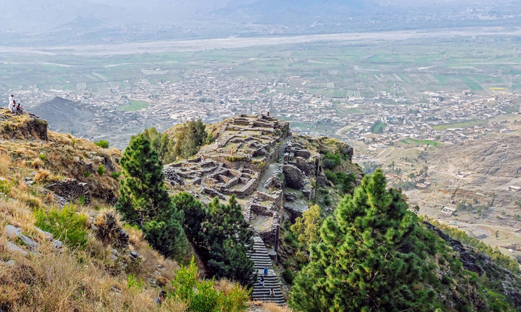 راجا گیرا کا قلعہ جس سے وادی کا نظاراکیا جاسکتا ہے۔