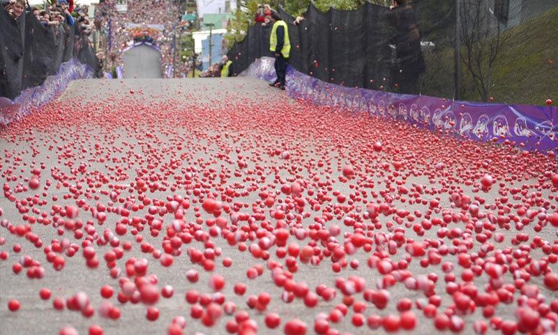 اس سڑک پر ہر سال اونچائی سے فروٹ کو گرانے کے میلے بھی منعقد ہوتے ہیں—فوٹو: آؤل جنکی ڈاٹ کام