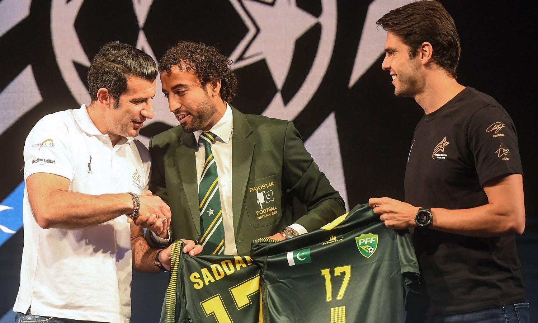 پاکستان فٹبال ٹیم کے کپتان صدام حسین نے کاکا اور فیگو کو قومی ٹیم کی جرسی پیش کی— فوٹو: اے ایف پی